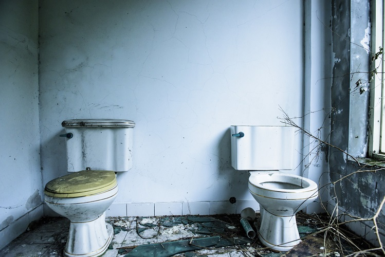 廃墟にあるトイレ