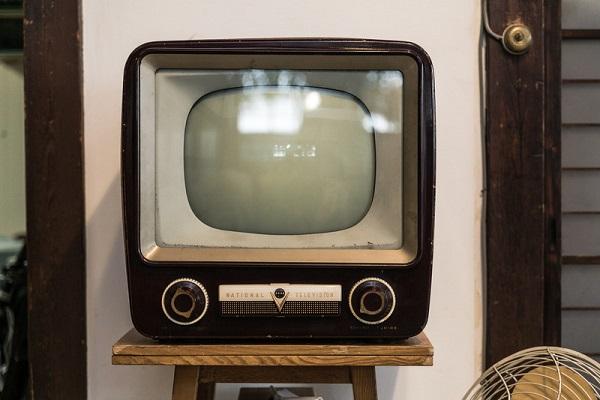 白黒のアナログテレビ