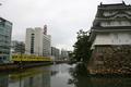 艮(うしとら)櫓と高松琴平電鉄線