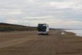砂浜を疾走する観光バス