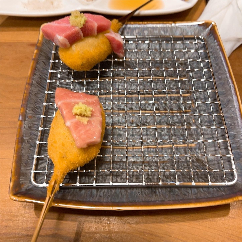 大トロが乗せられた胡麻豆腐の串揚げ