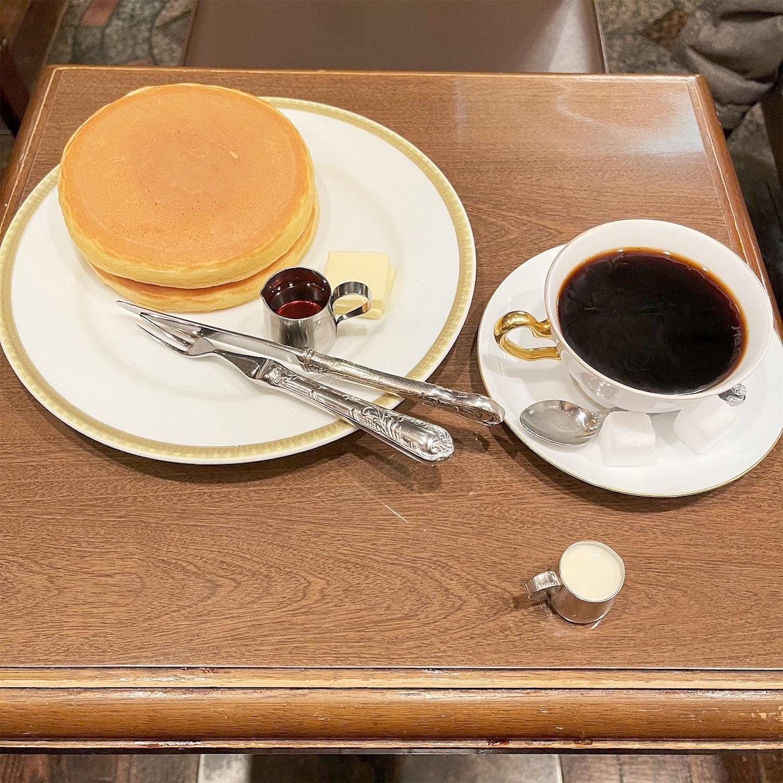名物のホットケーキとブレンドコーヒー