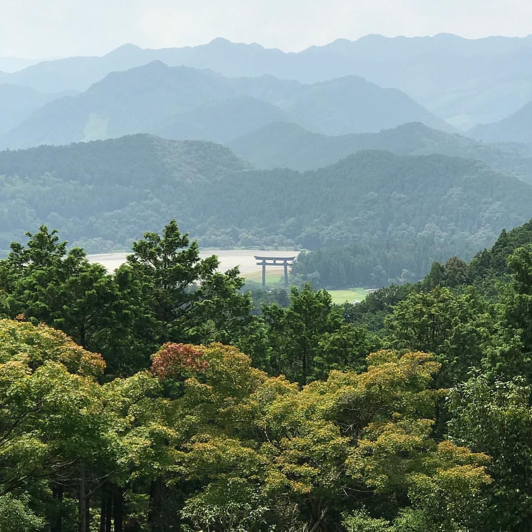 大斎原の大鳥居と熊野川