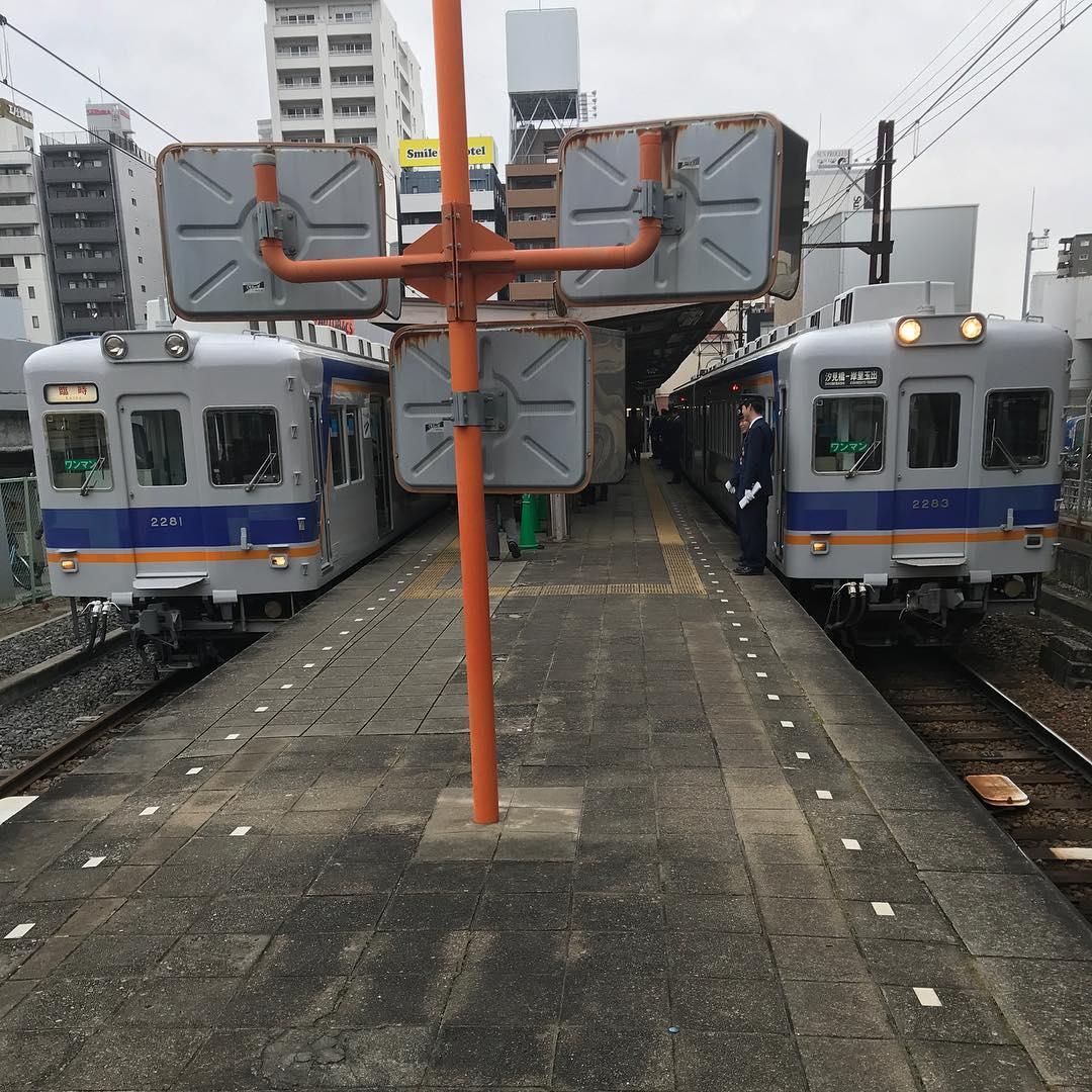 両側に列車が止まっている汐見橋駅ホーム