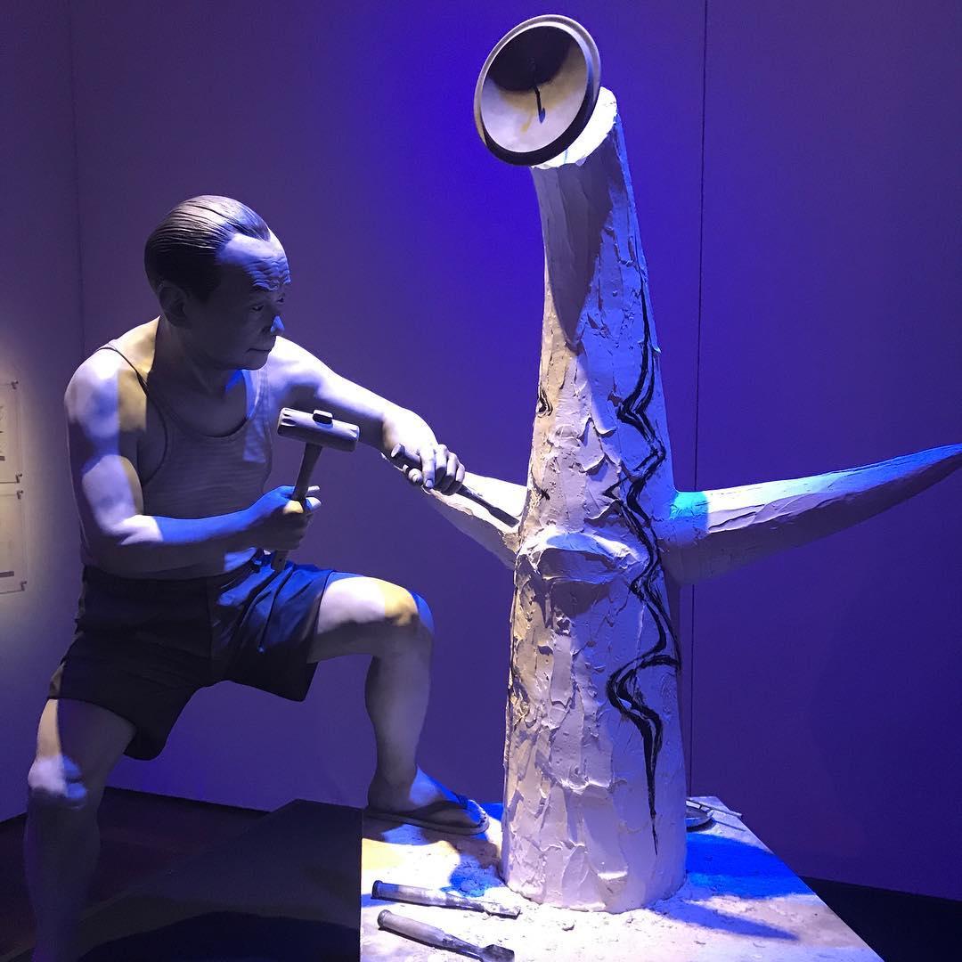太陽の塔制作にいそしむ岡本太郎の像