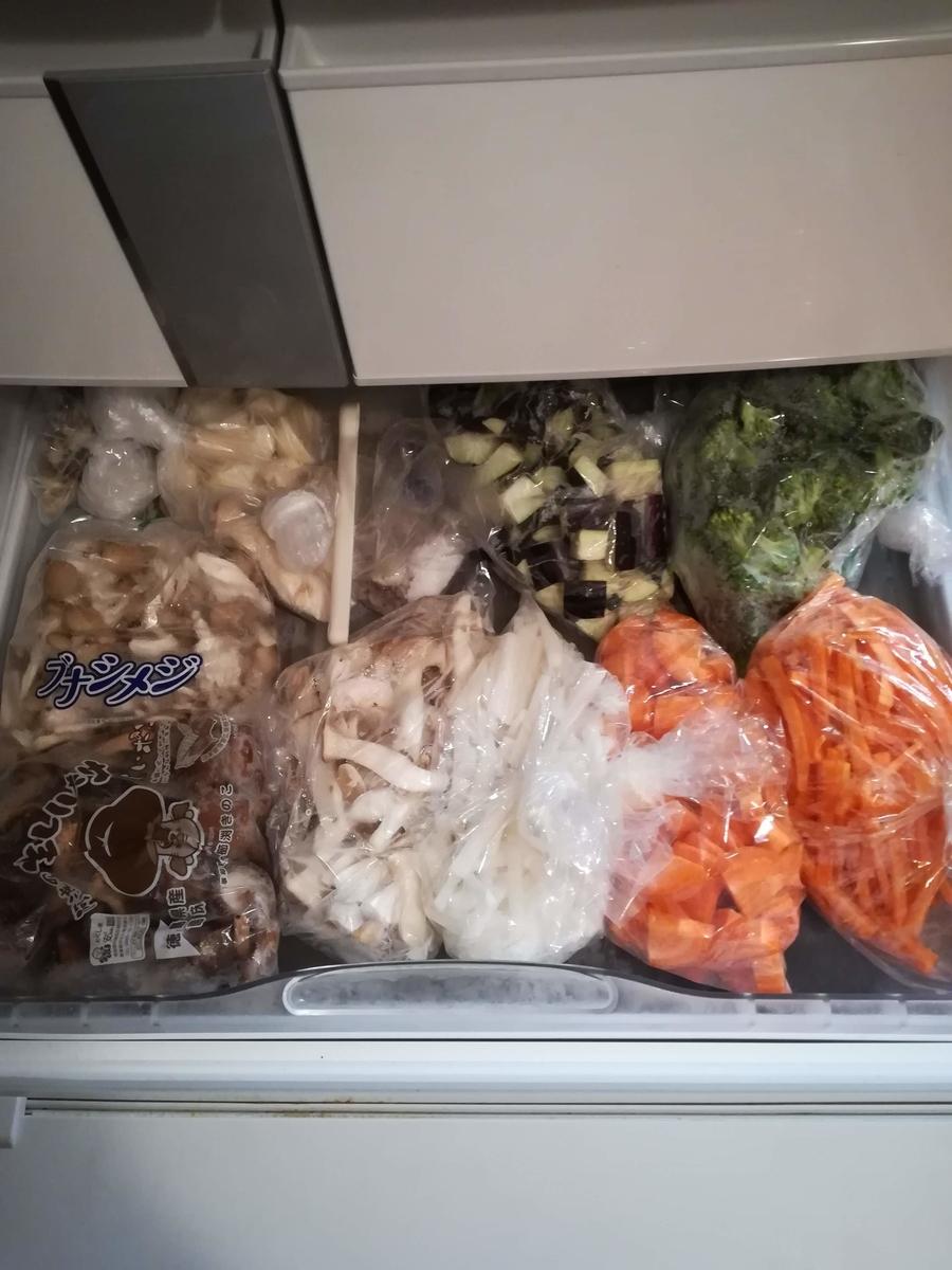 冷凍庫に野菜を保管している画像です