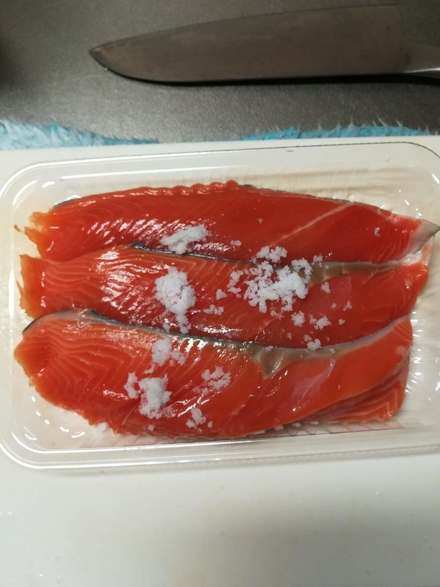 鮭に塩を振った画像です