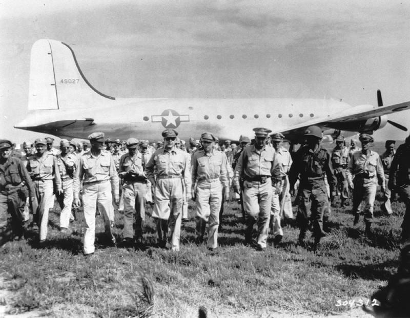 1945年8月30日 厚木に降り立ったマッカーサーと幕僚たち