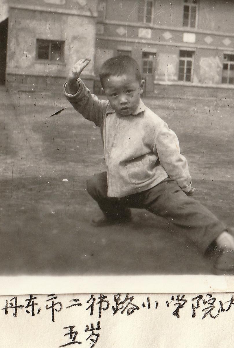 徐言偉、幼い時から中国武術の練習をする