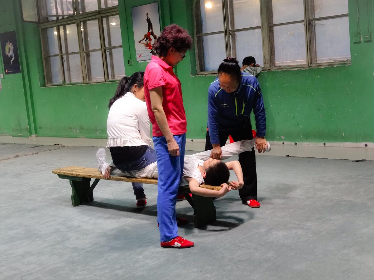 子供カンフー練習風景、柔軟性を高める