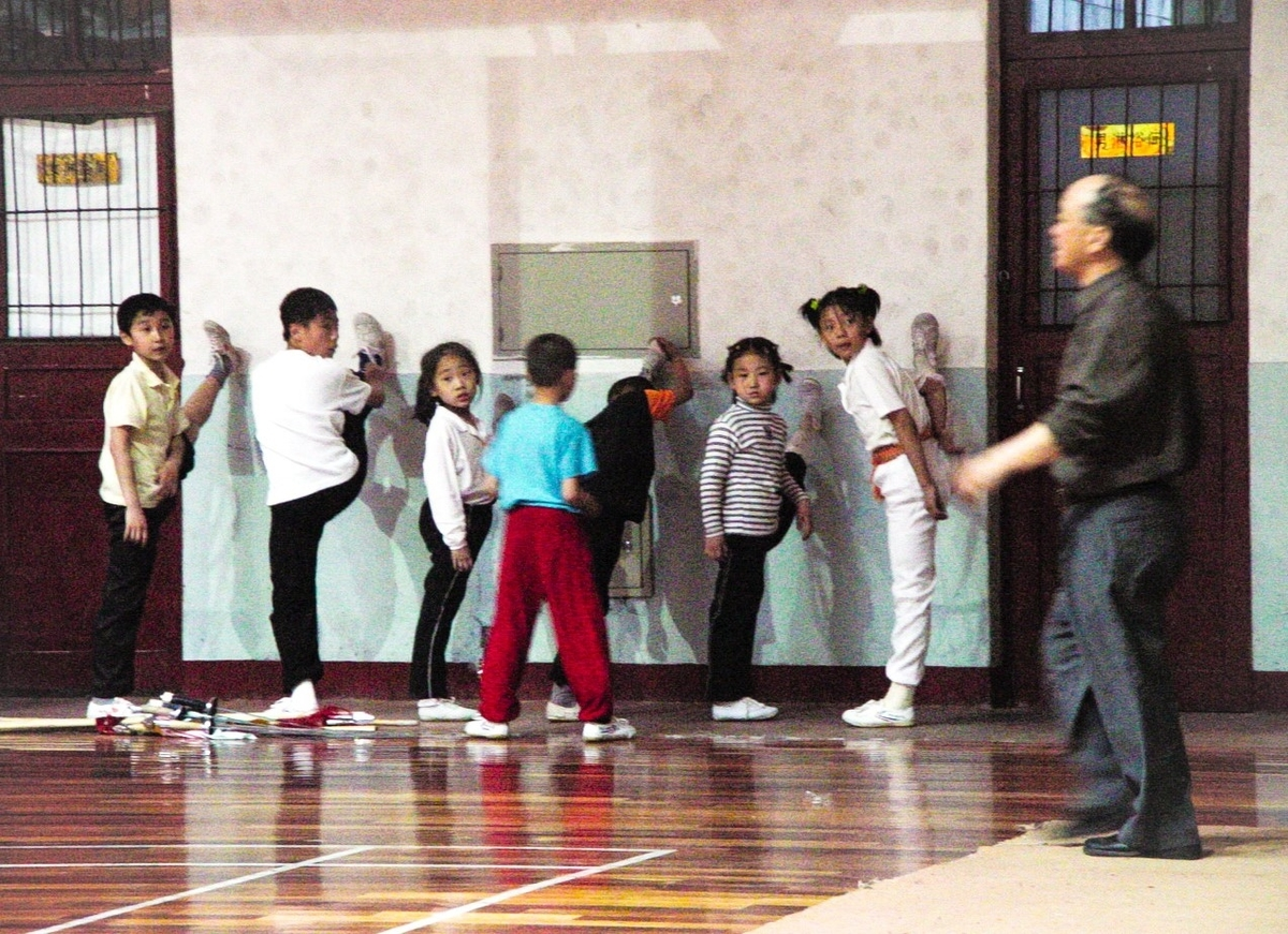 中国武術、カンフーの練習をする子供達
