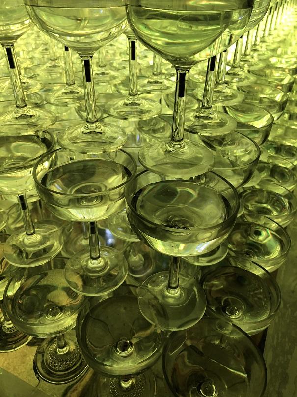 シャンパングラスタワーに水が貯まっています。