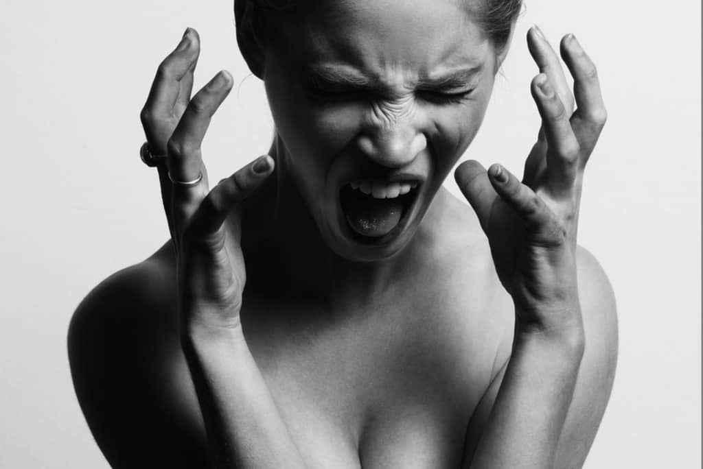 ストレスで苦しい女性