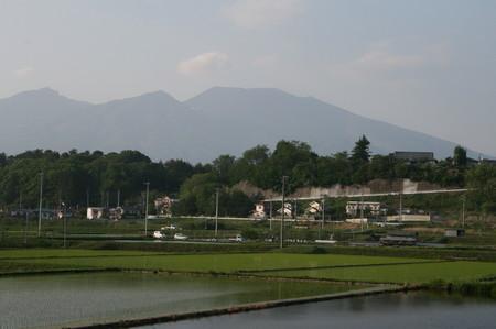 田植えのすんだ水田と、浅間山。(20.5.26)