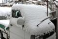 こんもり雪をかぶった「軽トラ」。(24.12.29)