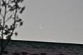 アパートの屋根に、細い遅い「如月二十八日」の月。。(25.4.29)