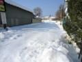 雪に埋もれたままのJR小海線線路。(26.2.20)