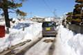 轍(わだち)の部分だけ、雪融けした生活道路。(26.2.22)