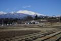 冬景色の田んぼに迫る、「白銀の浅間山」。(26.12.15)