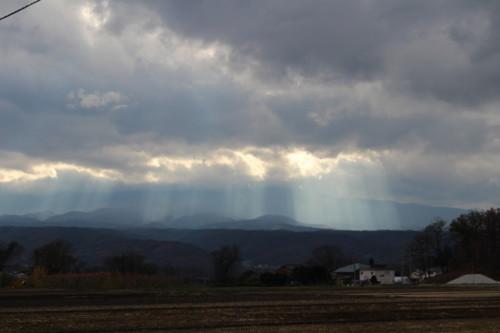 雲間から漏れる「光の筋」。(27.11.20)(14時頃)