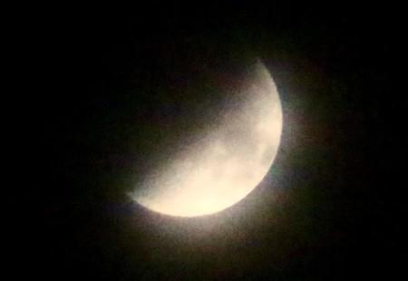 「八日のお月さま」も朧月。(28.10.8)