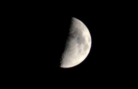 くっきり、観えた「九日・上弦」のお月さま。(28.10.9)(18:14)