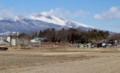 「白銀の浅間山」(2568m)、手前に「鼻顔稲荷神社」。(29.2.8)