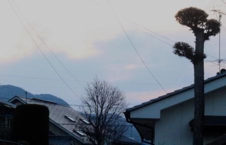 春霞の空に、朝日がぼんやりと…。(29.4.15)