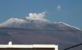 白煙を上げる「中央火口丘」と、正面に大きく前掛山(まえかけさん)