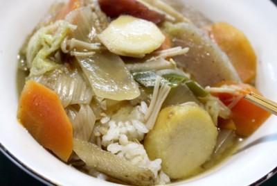 ご飯に「芋煮」をかけて、「芋煮丼」の出来上がり。(29.11.29)