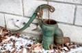 今は使われない、錆びた井戸ポンプ。(29.12.27)