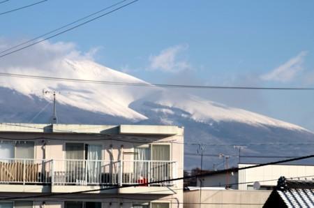 「浅間山」には、雪雲がかかり…。(30.2.5)