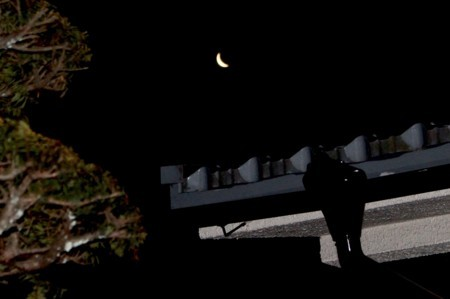 東の空に、「臘月・二十七日」の朝の、細いお月さま。(30.2.12)(6:02)