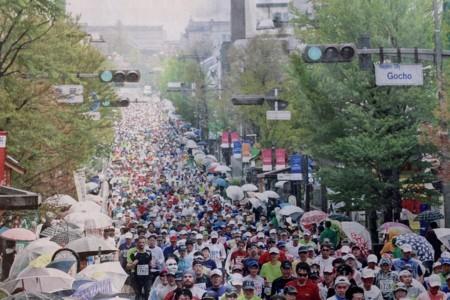 20年目、雨傘の門前を駆け駆ける 最多9812 人参加。(30.4.15)