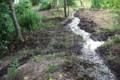 頂上の水溜めから、流水路を伸ばし…。(30.7.3)