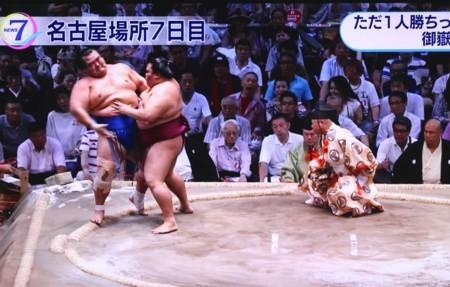 テレビ画面、「御嶽海」が勝ちっ放しの7連勝。(30.7.14)