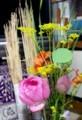 「精霊棚」を飾る「盆花」・麦藁。(30.8.13)