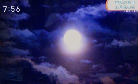 テレビ画像、神々しい「中秋の名月」(30.9.25)