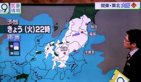 雪が降り始めた頃、気象情報のテレビ画像。(30.12.11)