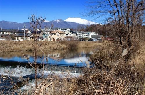 湯川の水面に映る、「白銀の逆さ浅間」(30.12.13)