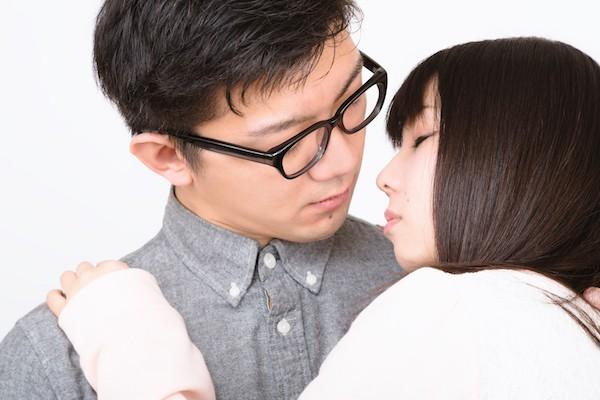 キスする寸前のカップル
