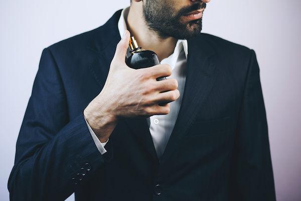 エロい香水をつける男性