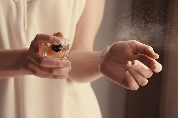 チンピクさせるためにエロい香水をつける女性