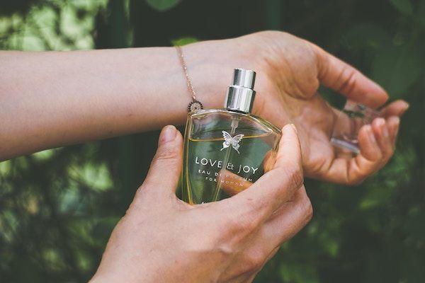 香水の匂いがする女性