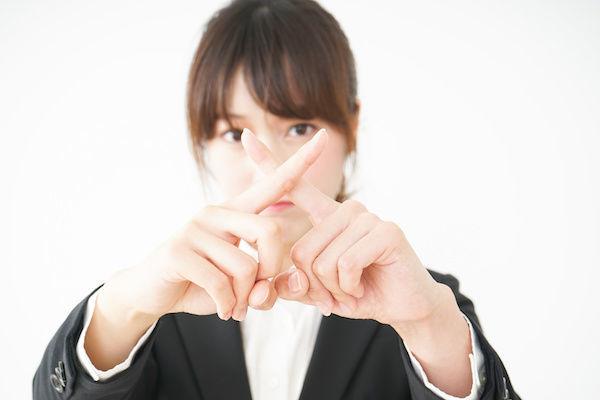 清潔感のない女性の特徴を説明する女性