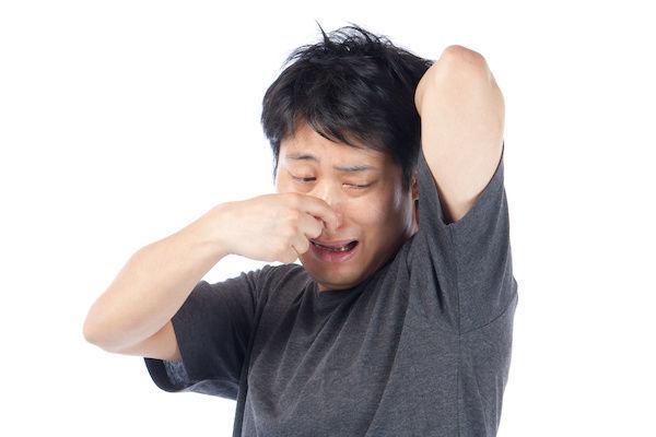 清潔感のない腋臭の男性