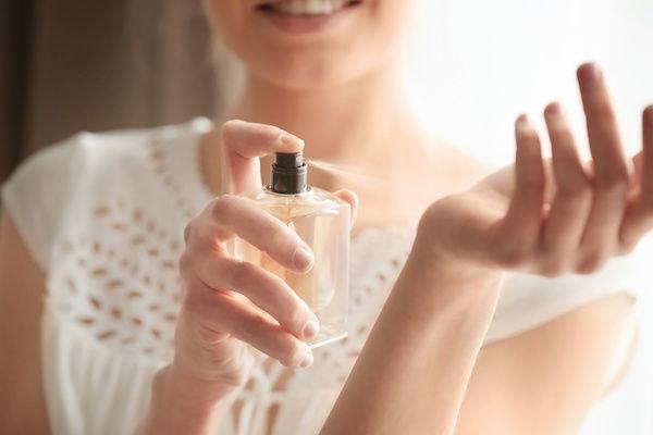 モテる香水をつける女性