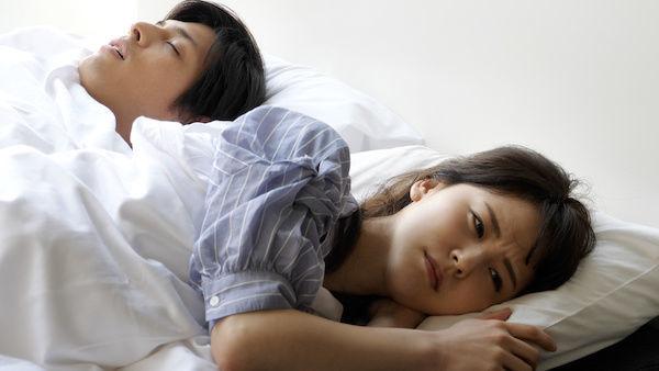 中折れ後に「まぁ、勃たないなら勃たないでいいや」と眠る彼氏とがっかりする彼女
