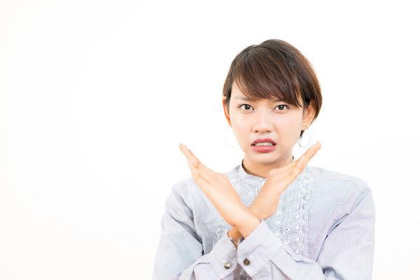 体の相性が悪い原因を説明する女性