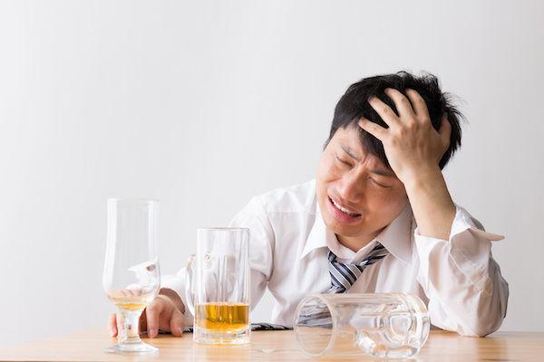 お酒の飲みすぎでアソコが勃たない男性